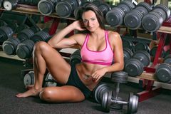 Женщина разрабатывая на гимнастике Стоковые Фото