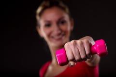 Женщина разрабатывая с красочной гантелью Стоковая Фотография RF