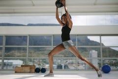 Женщина разрабатывая с шариком фитнеса стоковые фотографии rf