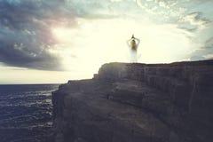 Женщина раздумья делая йогу ищет внутренний баланс в природе Стоковые Изображения