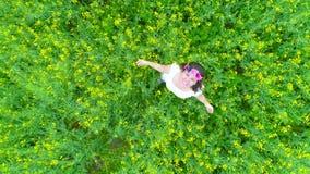 женщина рапса поля счастливая видеоматериал