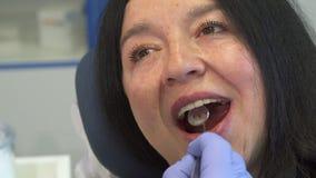 Женщина раскрывает ее рот для зубоврачебной проверки вверх сток-видео