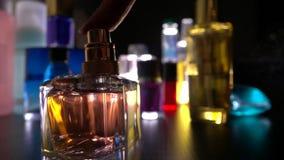 Женщина раскрывает небольшие бутылку и духи брызг в темноте акции видеоматериалы