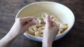 Женщина раскрывает печенье с предсказанием сток-видео