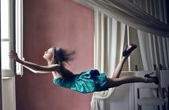 Женщина раскрывая окно Стоковое Фото