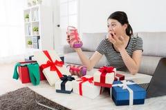 Женщина раскрывая онлайн подарок продажи лета покупок Стоковая Фотография RF
