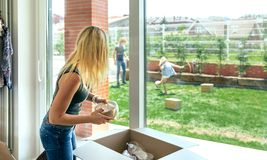 Женщина распаковывая moving коробки стоковые фотографии rf