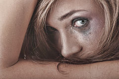 женщина расправы нижнего белья принципиальной схемы плача Стоковые Фотографии RF