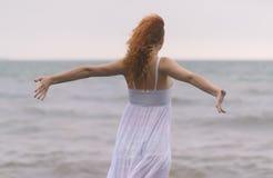 Женщина распространила ее руки стоковое фото rf