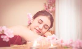 Женщина расслабляющая в курорте в мечтательном тоне цвета стоковая фотография rf