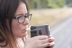 Женщина рассматривает уровень спирта стоковые фото