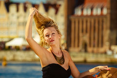 Женщина расчесывая ее волосы с пальцами, блестящее обмундирование Стоковые Фото