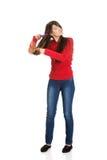 Женщина расчесывая ее запутанные волосы Стоковые Изображения RF
