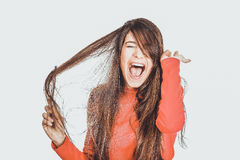 Женщина расчесывая ее запутанные волосы Стоковые Фотографии RF