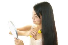 Женщина расчесывая с щеткой для волос стоковое изображение