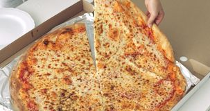 Женщина рвет кусок вкусной пиццы сток-видео