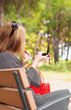 Женщина регулирует ее состав в парке Стоковое Изображение RF
