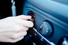 Женщина регулирует топление в ее автомобиле стоковые фото