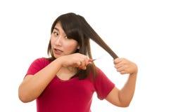 Женщина режа ее волосы с ножницами - несчастное выражение, isola Стоковое Изображение RF