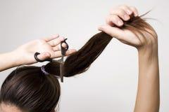 Женщина режа ее ponytail Стоковое Изображение RF