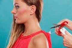 Женщина режа извлекать ценник доски ярлыка Стоковые Фотографии RF