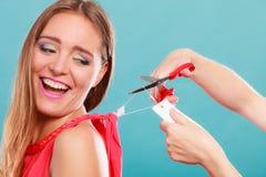 Женщина режа извлекать ценник доски ярлыка Стоковая Фотография RF