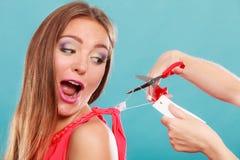 Женщина режа извлекать ценник доски ярлыка Стоковое Фото