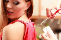Женщина режа извлекать ценник доски ярлыка Стоковое Изображение
