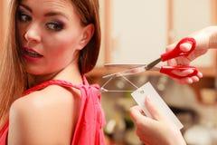 Женщина режа извлекать ценник доски ярлыка Стоковые Изображения