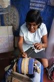 Женщина ремесел работая на прокладке шнурка катушкы стоковые фотографии rf