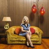 женщина ретро комнаты сидя Стоковая Фотография RF