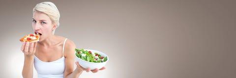 Женщина решая между здоровой едой и нездоровым выбором Стоковая Фотография