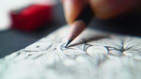 Женщина рисует в карандаше акции видеоматериалы