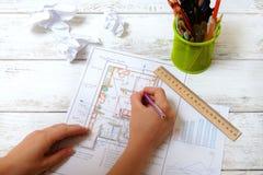 Женщина рисует диаграмму Feng Shui Стоковое Фото