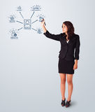Женщина рисуя социальные иконы сети на whiteboard Стоковые Изображения RF