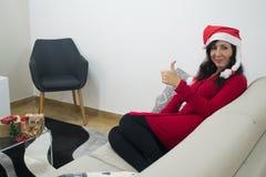 Женщина рождества Санты thumbs вверх Стоковое Изображение RF
