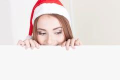 Женщина рождества держа пустой знак Стоковые Изображения