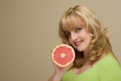 женщина руки грейпфрута Стоковое Изображение