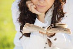 женщина рук книги Стоковые Фотографии RF
