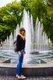 Женщина рядом с фонтаном Стоковое Изображение