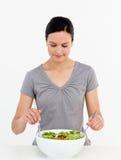женщина салата кухни симпатичная смешивая Стоковые Изображения