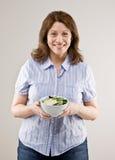 женщина салата удерживания свежих фруктов шара Стоковые Изображения