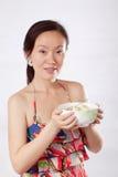 женщина салата удерживания 2 плодоовощей Стоковые Изображения RF