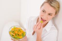женщина салата уклада жизни удерживания плодоовощ здоровая Стоковые Изображения RF