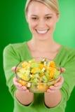 женщина салата уклада жизни удерживания плодоовощ шара здоровая Стоковые Изображения