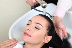 женщина салона бассеина волос моя Стоковая Фотография RF