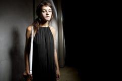 Женщина самостоятельно в темном переулке Стоковое Изображение RF