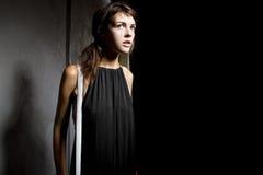 Женщина самостоятельно в темном переулке Стоковое фото RF