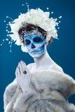 Женщина Санты Muerte на голубой предпосылке стоковые изображения rf