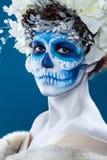 Женщина Санты Muerte на голубой предпосылке стоковое фото